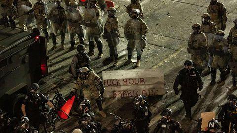 Kräfte der Polizei und der Nationalgarde von Washington im Einsatz gegen Demonstranten in den Straßen von Seattle