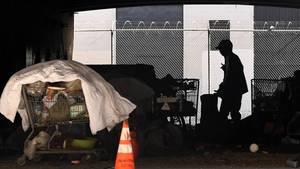 Los Angeles: Obdachlosenlager unter der Interstate 110.Ein Mann in Kalifornien soll mindestens acht Obdachlosen vergiftetes Essen gegeben und dann ihr Leiden gefilmt haben.