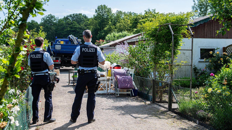 Polizisten beobachten den Abriss der Gartenlaube des Verdächtigen im Missbrauchsfall von Münster durch das Technische Hilfswerk