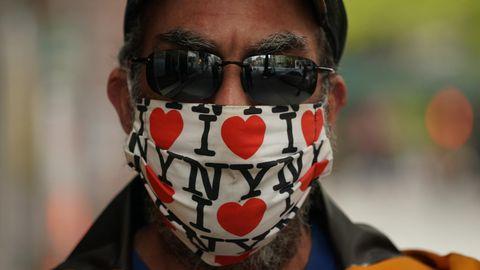 Coronavirus: Ein Mann trägt eine Schutzmaske