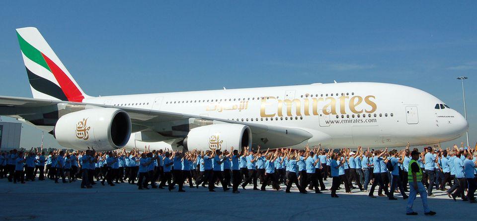 Szenen der Begeisterung: Übergabe des erstenvon mehr als 100 bestellten Exemplarendes Airbus A380 mit der Kennung A6-EDA an Emirates im Jahre 2008.