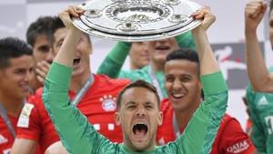 Der FC Bayern München mit Kapitän und Torwart Manuel Neuer feiert die Deutsche Fußballmeisterschaft 2019
