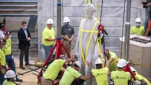 """Arbeiter entfernen die Statue des konföderierten Präsidenten Jefferson Davis aus dem Capitol des Bundesstaates Kentucky, nachdem eine Kommission dem zugestimmt hatte. Nach einer Reihe von """"Black Lives Matter""""-Protesten, werden in einigen Ländern Denkmäler von historischen Personen, die mit Kolonialismus und Sklavenhandel in Verbindung gebracht werden, entfernt."""