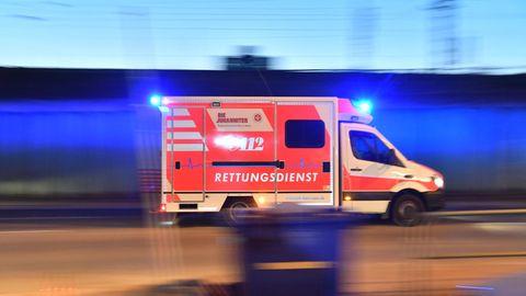 Ein Rettungswagen ist mit eingeschaltetem Blaulicht im Einsatz