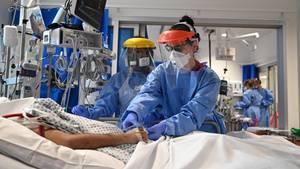 Mediziner behandeln einen Patienten mit Covid-19