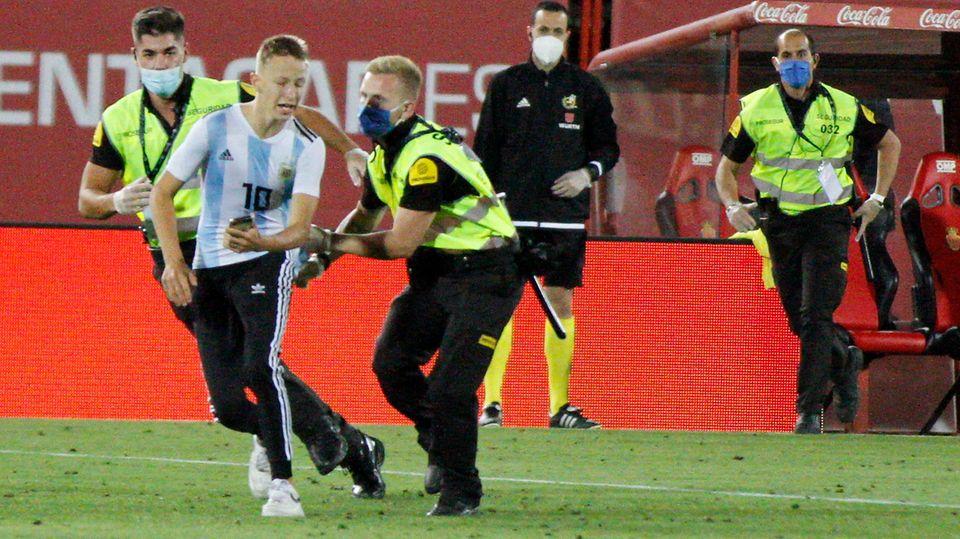 Wird sofort von Sicherheitskräften überwältigt: der Flitzer beim Spiel derPrimera Division auf Mallorca