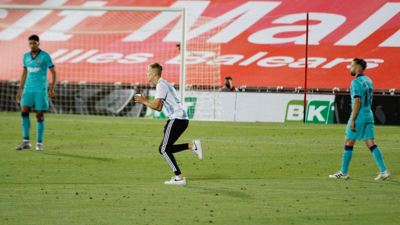 Im Estadi de Son Moix: Ein Fan rennt über das Spielfeld während des Spiels RCD Mallorca gegenFC Barcelona
