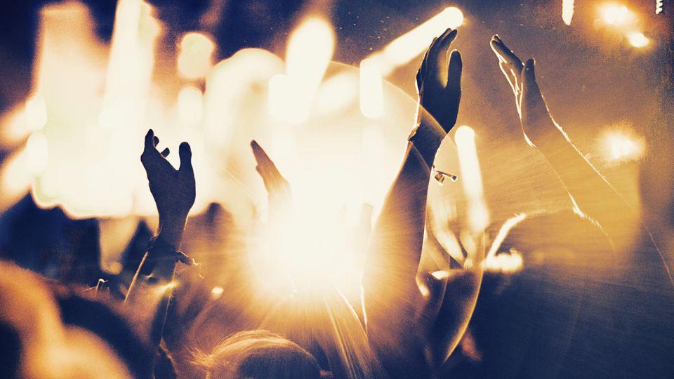 Open-Air: Feiernde tanzen zu Musik