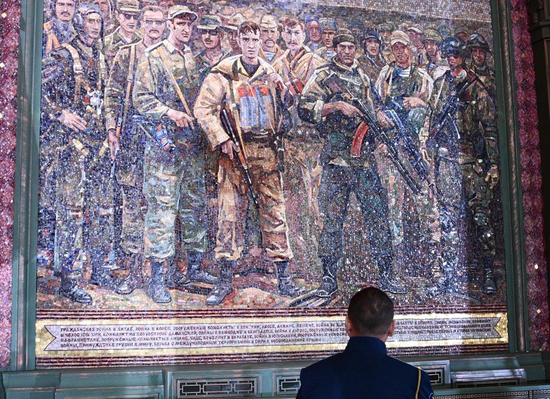 """Eine Mosaik zeigt russische Soldaten. """"So ein Mosaik entsteht aus Kobaltglas. Jedes Stückchen wird per Hand hergestellt"""", erzählteein Bauarbeiter im russischen Staatsfernsehen. Ursprünglich war auch einMosaik mit der Abbildung von Wladimir Putin geplant. Doch die Kirchenführung entschied sich nach einem Einspruch des Präsidenten dagegen."""