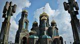 Die Symbolik prägt den gesamten Bau. Die Kirchehat eine olivgrüne Grundfarbe.Der Durchmesser der Hauptkuppel beträgt 19,45 Meter, um an das Jahr des Kriegsendes zu erinnern. Der Glockenturm ist 75 Meter hoch ist, weil in diesem Jahr das 75-Jubiläum des Kriegsendes gefeiert wird. Und die kleine der insgesamt sechs goldenen Kuppeln, für jede Teilstreitkraft des russischen Militärs eine, weist eine Höhe von 14,18 Metern auf. Der Krieg mit dem Deutschen Reich dauertefür die Sowjetunion 1418 Tage.
