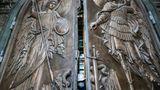 """Die neue Hauptkirche der russischen Streitkräfte steckt voller Symbolik. In den Stufen, die zu der Kirche hinaufführen, sind etwa unschädlich gemachte Pistolen der Wehrmacht eingebaut.Das zweiflügelige, aus Metall gefertigte """"Siegestor"""" zeigt zwei Erzengel.""""Sie sehen hier Ereignisse schon am Ende des Zweiten Weltkriegs. Im Zentrum sehen Sie ein Schwert, das im faschistischen Adler steckt. Und dieses Schwert stellt den Griff der Tür dar"""", erklärteChefarchitekt Dmitrij Smirnow die Symbolik."""