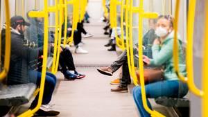 Menschen in einer U-Bahn in Berlin