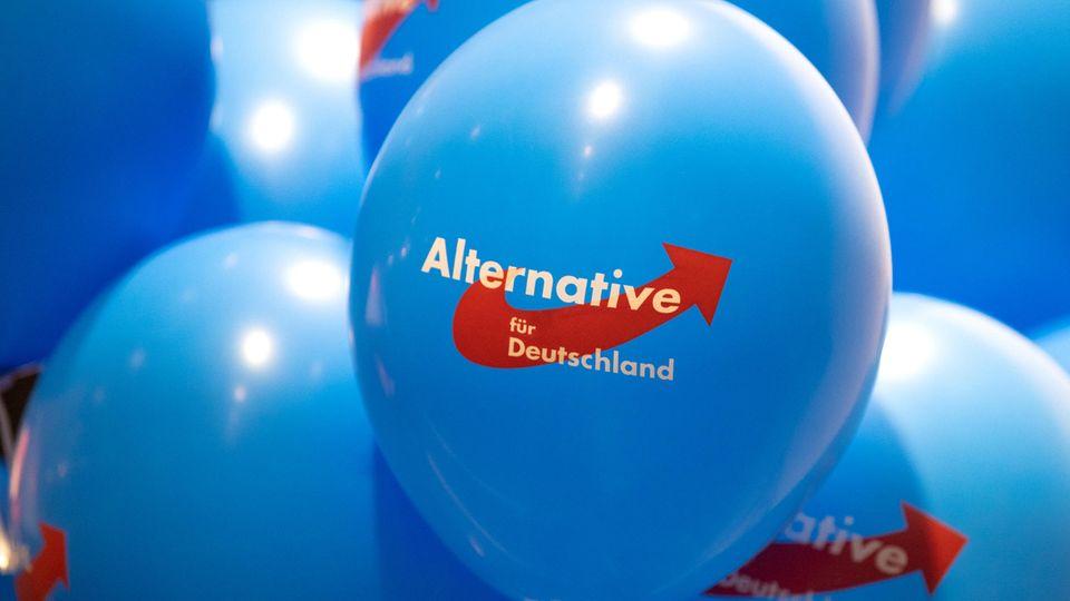 Luftballons mit dem AfD-Logo