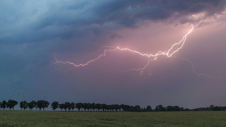 Blitz über einer Wiese