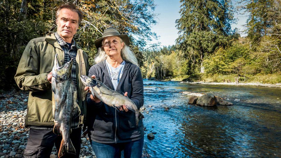 Hannes Jaenicke mit Lachs in Kanada