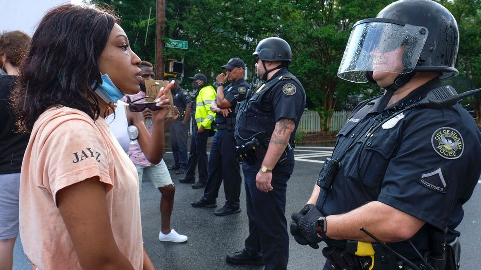 Demonstranten stehen in der US-Stadt Atlanta vor der Polizei. Dort starb erneut ein Schwarzer während einesPolizeieinsatzes.