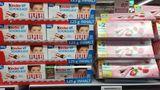 """Ferrero hat bei seinen Klassikern Kinderschokoladeund Yogurette die Füllmenge von 125 Gramm auf 100 Gramm reduziert. Dabei hatte der Hersteller vor fünf Jahren genau das Gegenteil gemacht und diesmit dem Slogan """"Dauerhaft mehr Inhalt"""" beworben. Warum der Sinneswandel? Ferrero behauptet, dass die Konsumenten die klassische 100-Gramm-Tafel bevorzugen (wobei dieser Standard mittlerweile häufig unterlaufen wird). Zudem sei der Abgabepreis an den Handel nicht gestiegen. Die Verbraucherzentrale vermutet dagegen, dass mit dem """"Füllmengenkarussell"""" damals wie heute dem Handel die Möglichkeit zur versteckten Preiserhöhung gegeben werden soll. Einige Händler haben offenbar davon Gebrauch gemacht:Um bis zu acht Prozent seien die Schokoladentafeln im Laden teurer geworden, haben die Verbraucherschützer beobachtet. (Stand: Juni 2020)"""