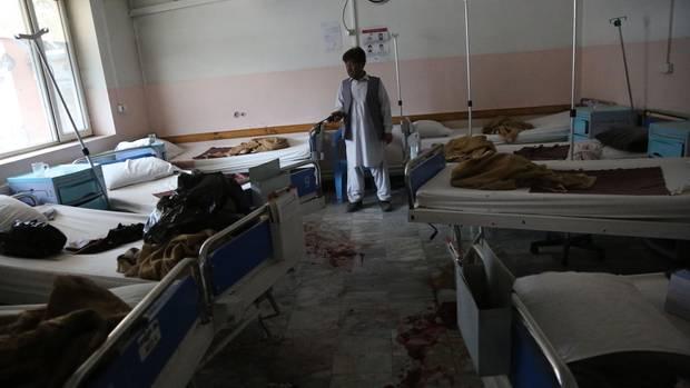 Ein Mann steht nach dem Anschlag in der Entbindungsstation von Ärzte ohne Grenzen in Kabul
