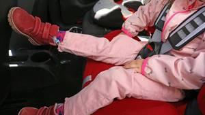 Kind im Auto auf Kindersitz