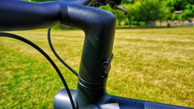 Die beiden Bremsleitungen hier sind die einzig sichtbaren Kabel. Da Lenker und Vorbau aus einem Stück sind, wurde die Verschraubung auf ein Minimum reduziert.