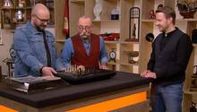 """""""Bares für Rares""""-Experte Sven Deutschmanek setzt den Schachcomputer von Daniel Stuhlpfarrer in Gang, Moderator Horst Lichter ist fasziniert."""