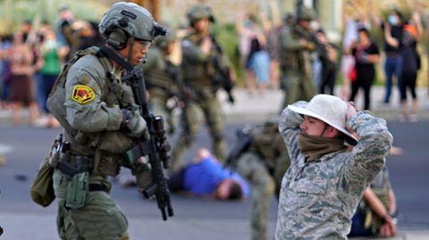 """Polizisten nehmen Mitglieder der """"New Mexico Civil Guard""""fest, nachdem während eines Protests Schüsse fielen."""