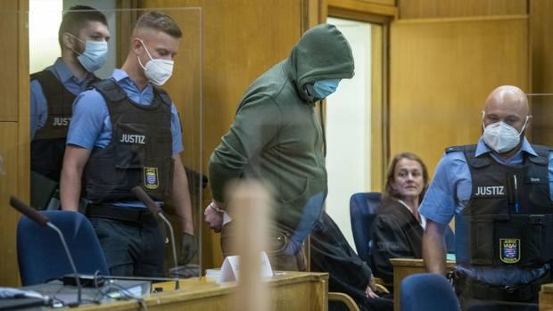 Markus H., der wegen Beihilfe zum Mord an Politiker Lübcke angeklagt ist, wird in einen Gerichtssaal des Oberlandesgerichts gebracht