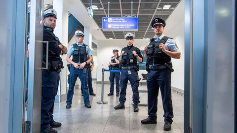 Beamte der Bundespolizei auf dem Frankfurter Flughafen (Archivbild)