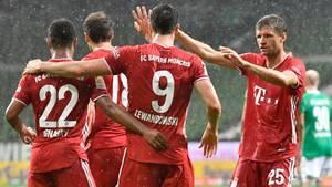 Robert Lewandowski von den Bayern feiert mit seinen Teamkollegen den Führungstreffer