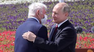 """Putin ehrt den Kinderchirurgen Leonid Roschal am """"Tag Russlands"""" - mit Umarmung und ohne Maske"""