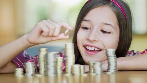 Mädchen beim Geld zählen