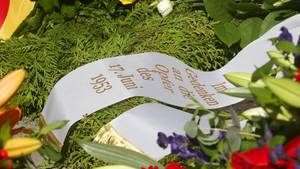 Volksaufstand in der DDR: Blumenkranz auf einem Friedhof in Berlin