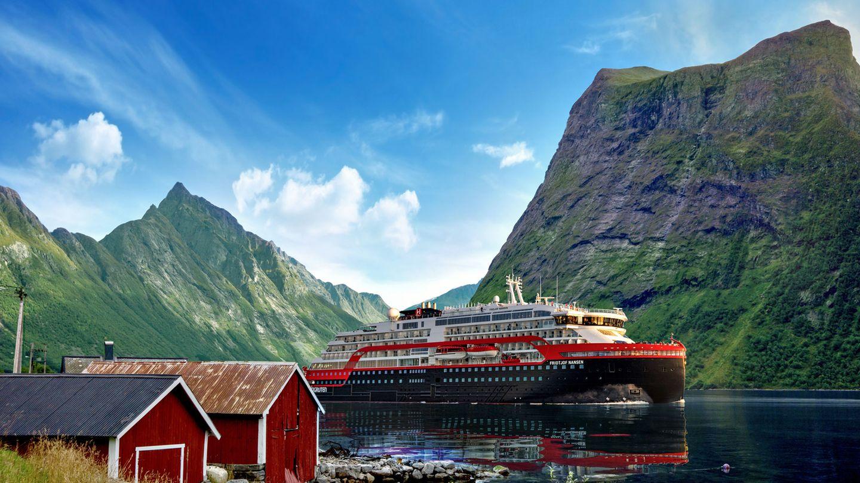 """Die""""MS Fridtjof Nansen"""" passiert den 20 Kilometer langenHjørundfjord, einem Arm vom größeren Storfjord in Norwegen"""