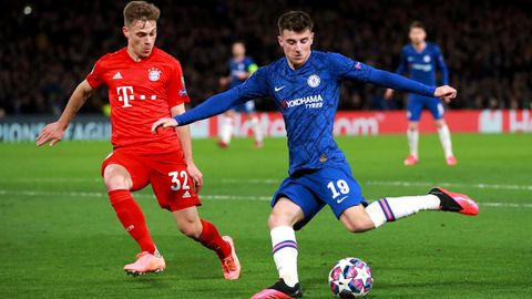 Bayerns Joshua Kimmich (l.)und Chelsea's Mason Mount liefern sich einen Zweikampf