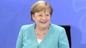 Merkel und Söder scherzen bei Fragen zur Corona-Warn-App