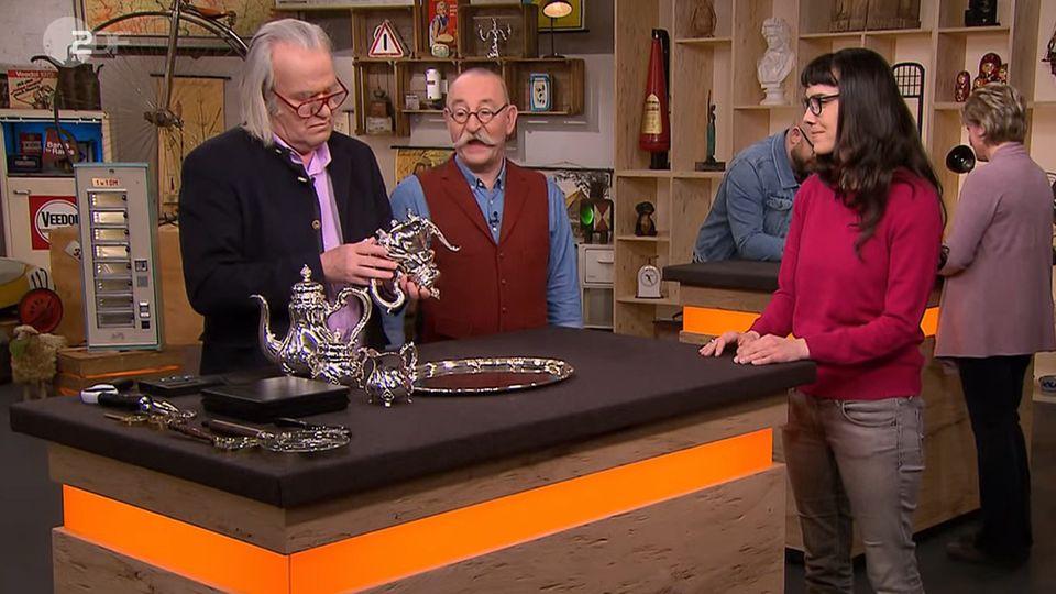 """""""Bares für Rares""""-Experte Albert Maier nimmt das Silberservice von Beatrice Madach in Augenschein. Horst Lichter staunt."""