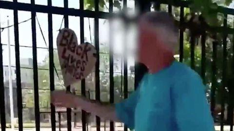 Mann reißt in South Philadelphia Plakate gegen Rassismus ab.