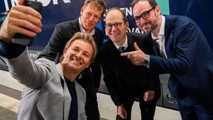 Damals war Nähe noch erlaubt: Nico Rosberg bei der Präsentation seinesGreentech Festivals im Januar. Inzwischen ist es auf den 18. bis 20. September verschoben worden. Mit dabei Bahnchef Richard Lutz, der britische BotschafterSir Sebastian Wood undMarco Voigt, Mitgründer des Greentech Festivals (v.l.).