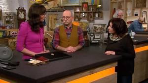"""""""Bares für Rares""""-Expertin spricht mit VerkäuferinJamina Freitag über deren Brosche. Moderator Horst Lichter hört zu."""