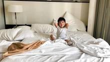 Ein kleines Kind im Elternbett