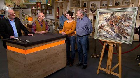 """Gruppenbild mit Storch: """"Bares für Rares""""-Experte Albert Maier undModerator Horst Lichter bestaunen das Gemälde vonDaniela Wegner und Rolf Jenichen."""