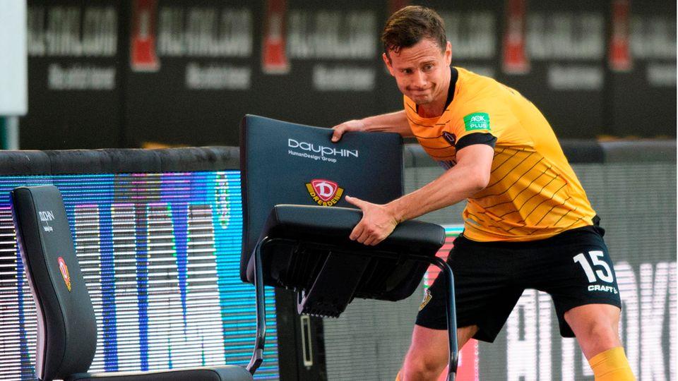 Emotionen im Abstiegskampf: Dynamos Chris Löwe wirft nach der 0:1 Niederlage einen Stuhl weg