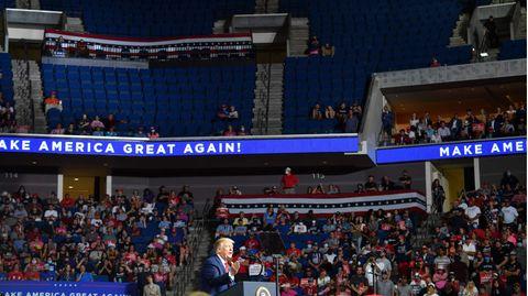 Die Veranstaltung in TulsasollteBilder von begeisterten Massen zeigen, doch die oberen Rängen blieben während der Rede Trumps leer.