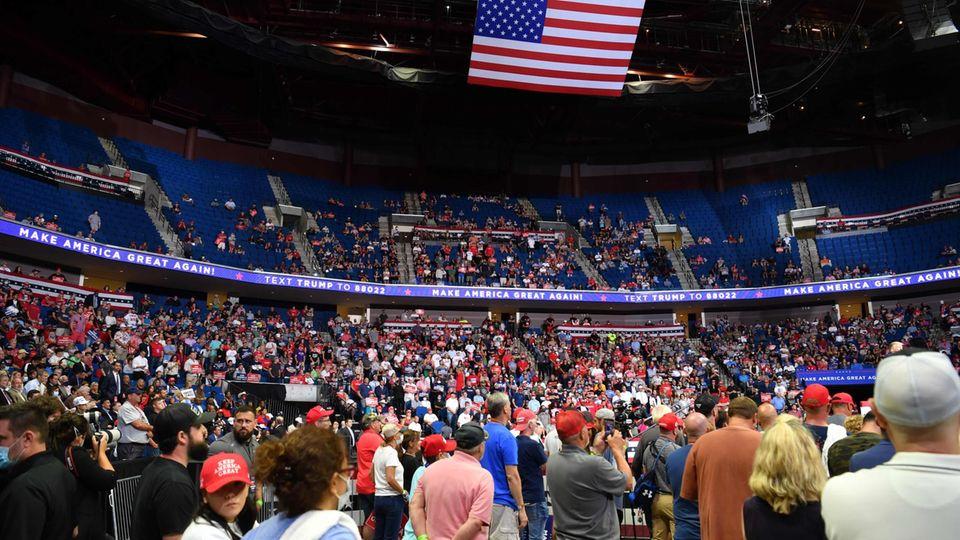 Enttäuschung für Trump - die halbe Halle blieb leer.