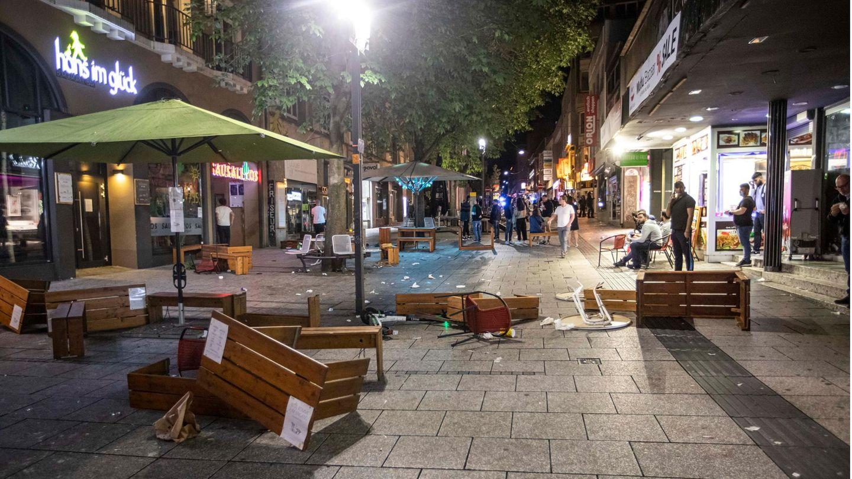 Stuttgart: Tische und Bänke liegen auf dem Pflaster in der Innenstadt