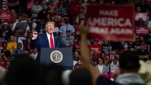 Vor dicht stehenden Anhängern wollte Donald Trump seinen Wahlkampf durchstarten