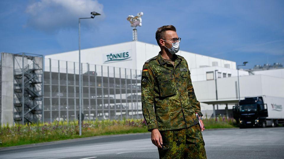 Bundeswehrsoldat vor dem Firmensitz von Tönnies