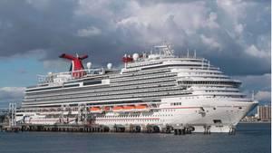 Ein Kreuzfahrtschiff vonCarnival Cruise Line liegt im Hafen von Long Beach in Kalifornien