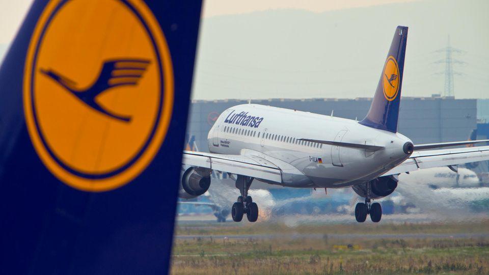 Eine Passagiermaschine der Lufthansa landet