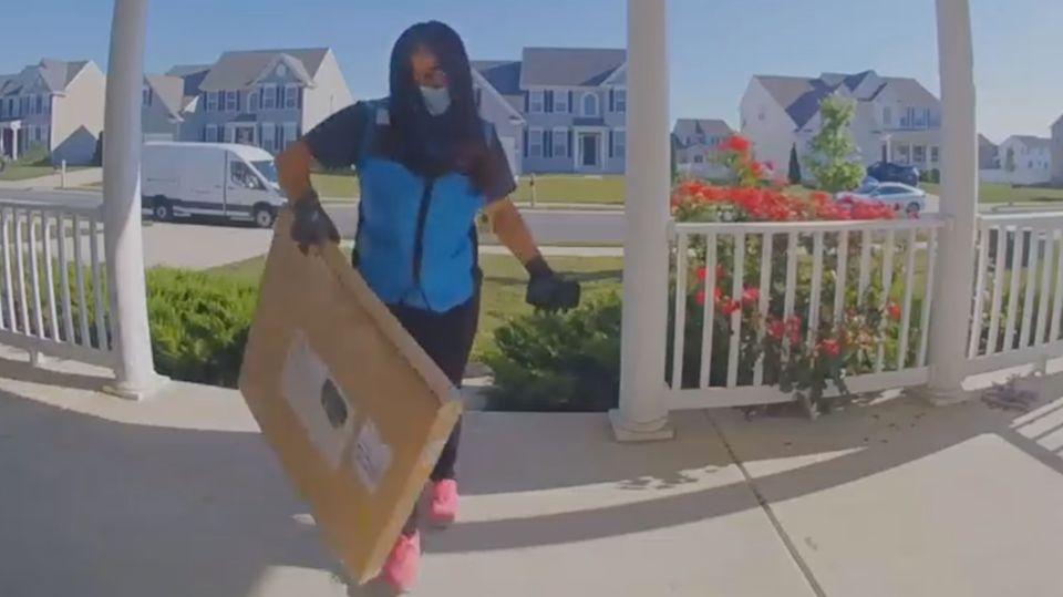 Paketbotin imBundesstaatDelaware befolgt eine lustige Lieferanweisung eines 13-Jährigen.